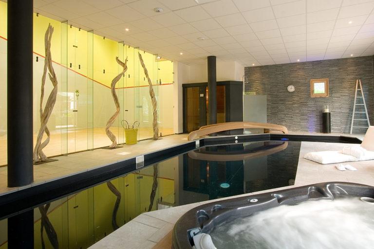 Cour de squash et piscine dans notre chalet de ski de luxe Igloo à Courchevel Le Praz