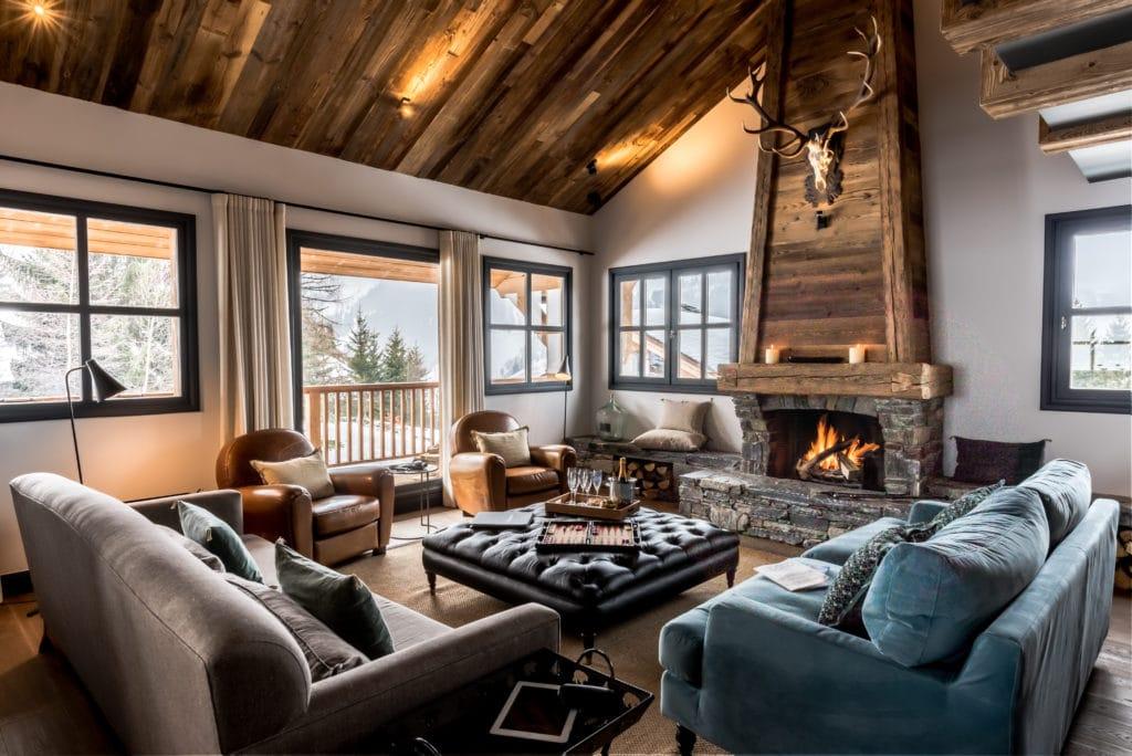 Salon avec feu dans le chalet de ski de luxe Tomkins à Méribel